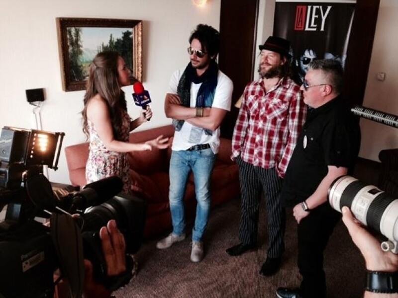 Aquí entrevistando al grupo chileno La Ley.