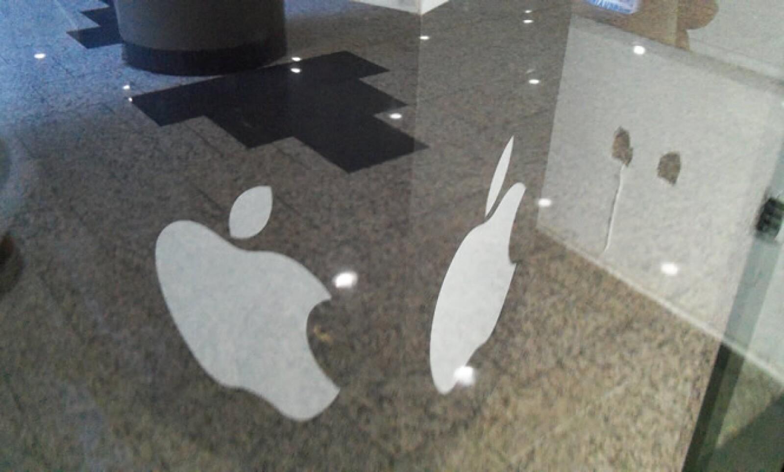 Un cubo con el logo de Apple sostiene publicidad de la tienda.