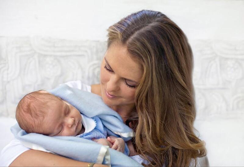 El pequeño Nicolás, de un mes y medio de edad, luce en las imágenes un tradicional traje en color azul.