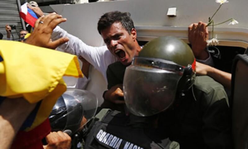 Seguidores de López –de blanco- bloquearon avenida impidiendo su traslado por tierra. (Foto: Especial)