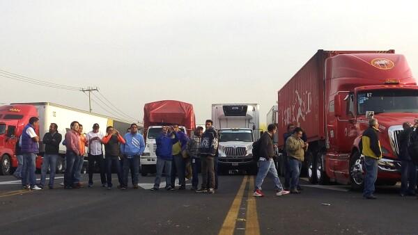 Transportistas bloquearon la carretera México-Querétaro a la altura de la caseta de Tepotzotlán