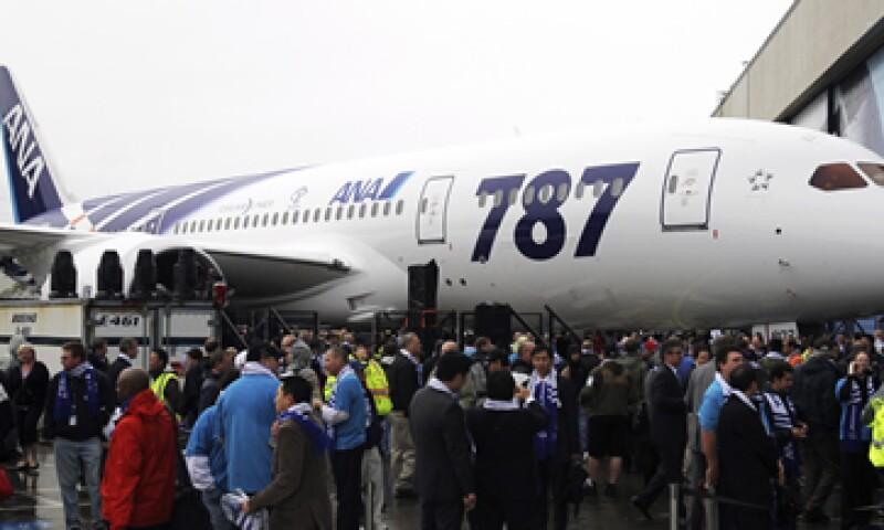 Cientos de personas se cubrieron de la lluvia bajo las alas de dos aparatos gigantescos 787. (Foto: Reuters)