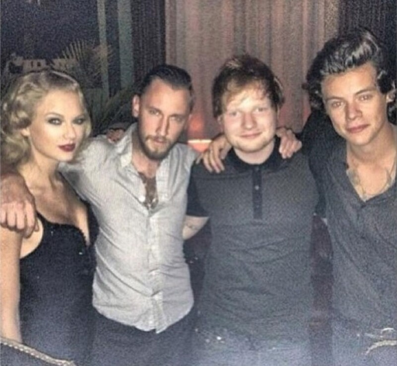 Los ex novios se tomaron una fotografía a dos personas de distancia durante el after party de los MTV Video Music Awards.