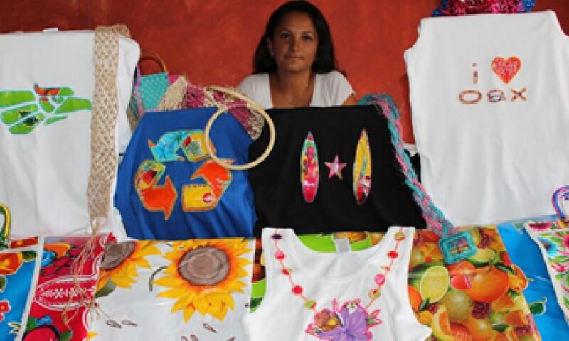 La marca de accesorios artesanales mezcla el diseño contemporáneo con la tradición de bordado de la comunidad. (Foto: Cortesía Juana Cata)