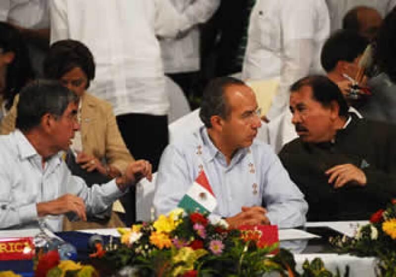 Calderón (c) exigió respeto al orden institucional en Honduras. (Foto: Reuters)