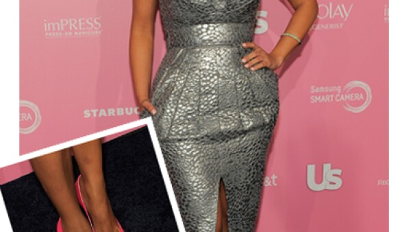 Kim accesorizó un vestido plateado con unos tacones rosas que apuntaron las miradas hacia el suelo.