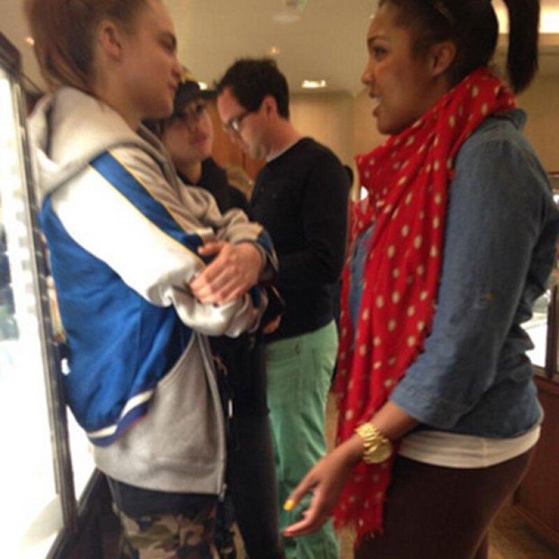 Al par de amigas se les vio de compras en un mall de Dallas.