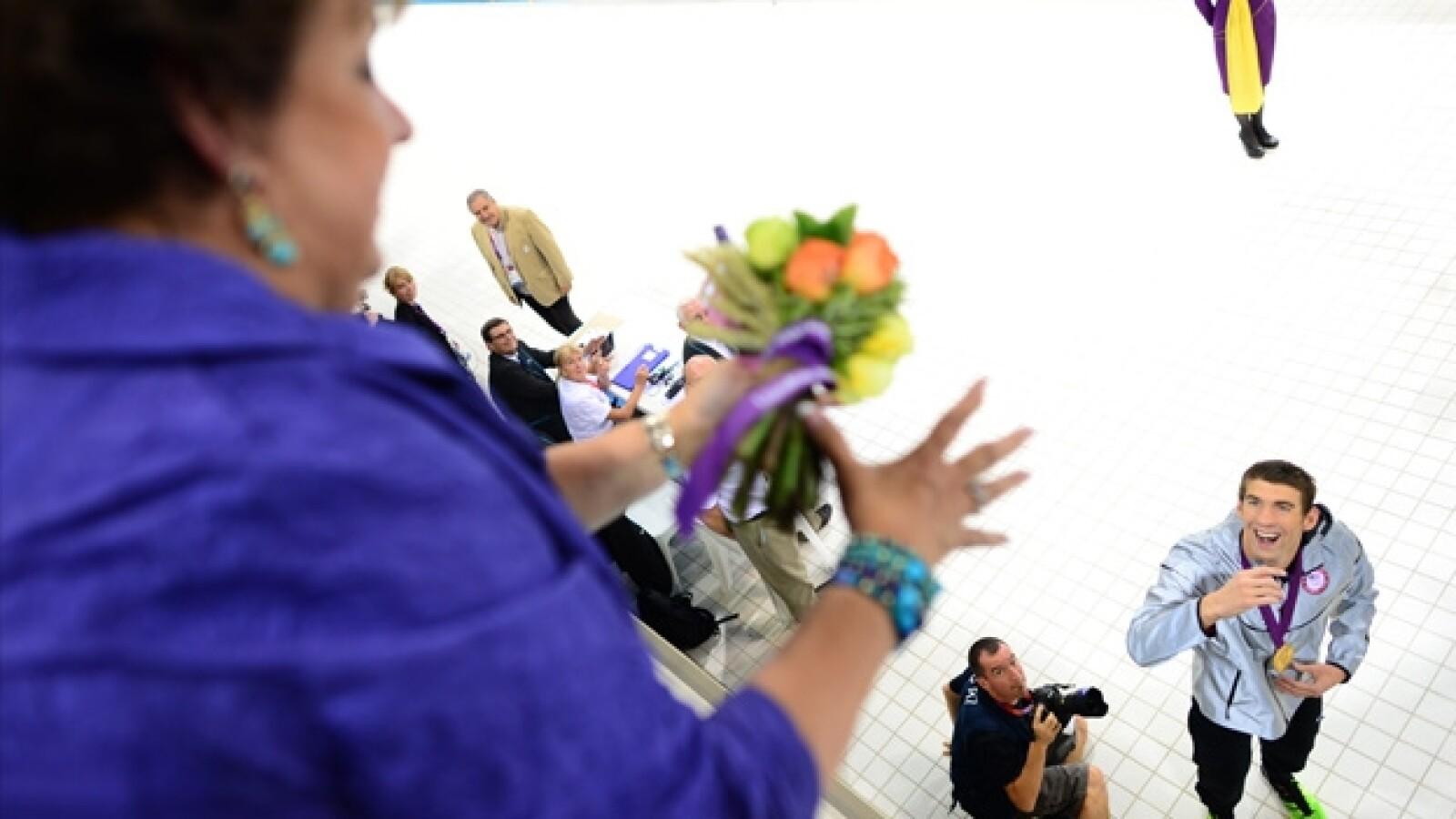 Michael Phelps entrega flores a su madre