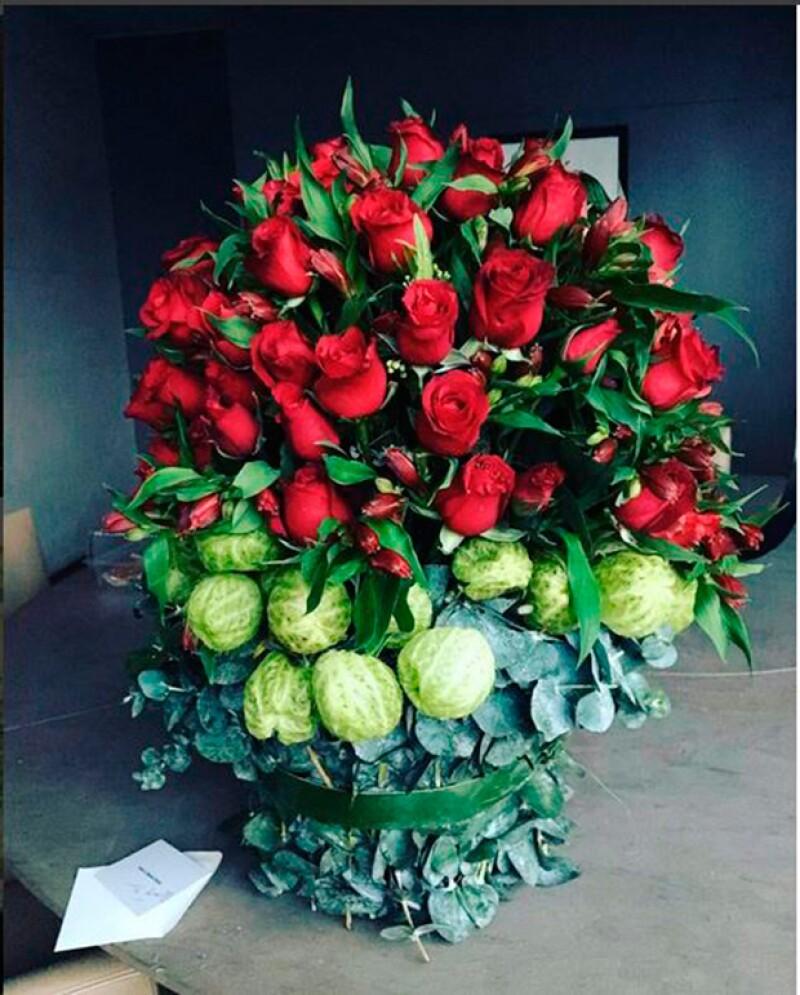 Uno de los regalos de Eva fue este arreglo de rosas.