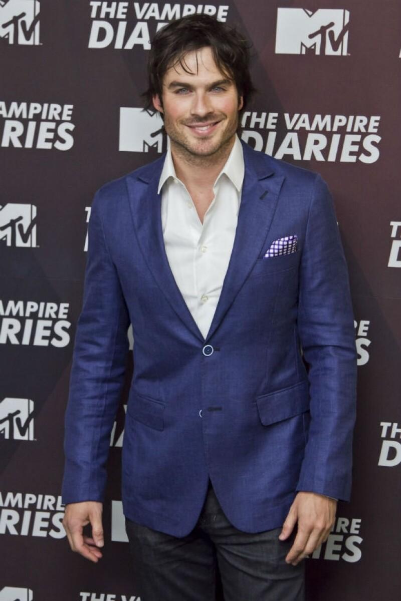 """El protagonista de """"The Vampire Diaries"""" visitó la capital del país para hablar con la prensa y compartir su gusto por una de las bebidas nacionales."""