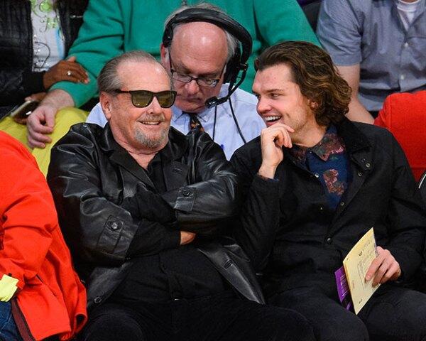 Acompañado por su hijo, el actor fue visto recientemente en un partido de los Lakers.