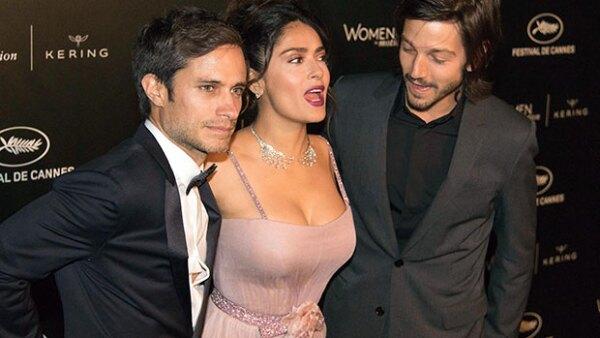 """La veracruzana se reencontró con sus amigos Gael García y Diego Luna en la cena """"Women in Motion"""", y fue tal su sensualidad que no pudo evitar atraer las miradas."""