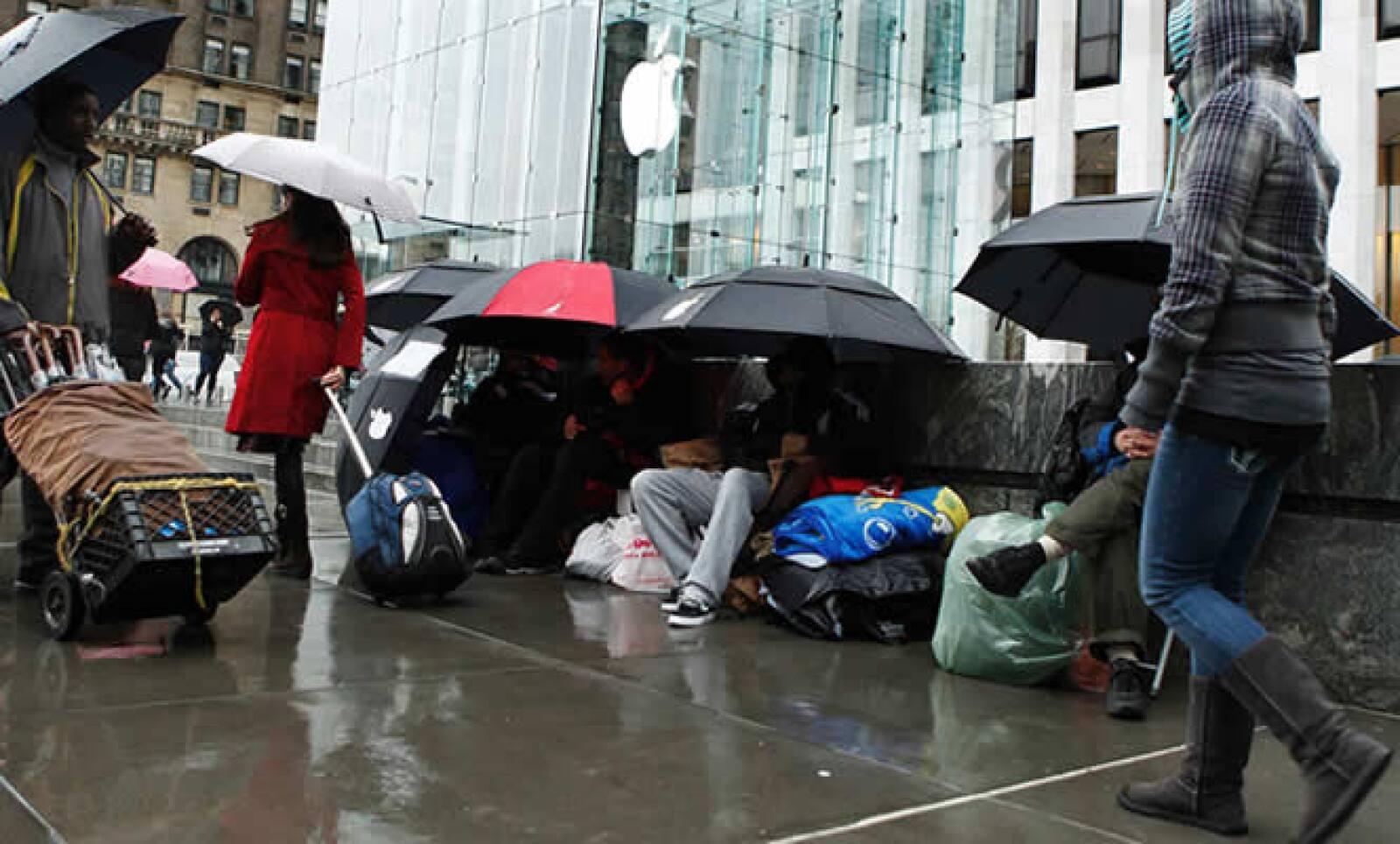 Varios clientes también hicieron fila afuera de la tienda de la tecnológica, en Nueva York.