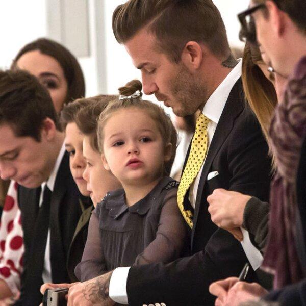 A Harper Seven Beckham ya se le conoce por llevar un chignon alto a donde quiera que vaya.