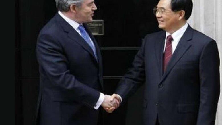 El Presidente de China Hu Jintao llegó a Inglaterra y se reunió con los principales políticos londinenses.