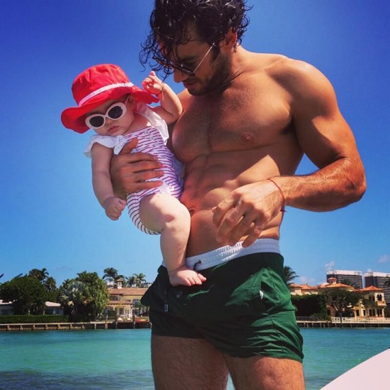 La modelo argentina presumió a su hija y a su novio en esta contrastante imagen.