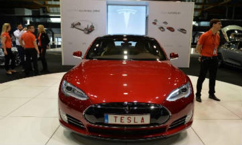 Tesla informó que la compañía entregó 50,850 vehículos a clientes en el 2015. (Foto: AFP)