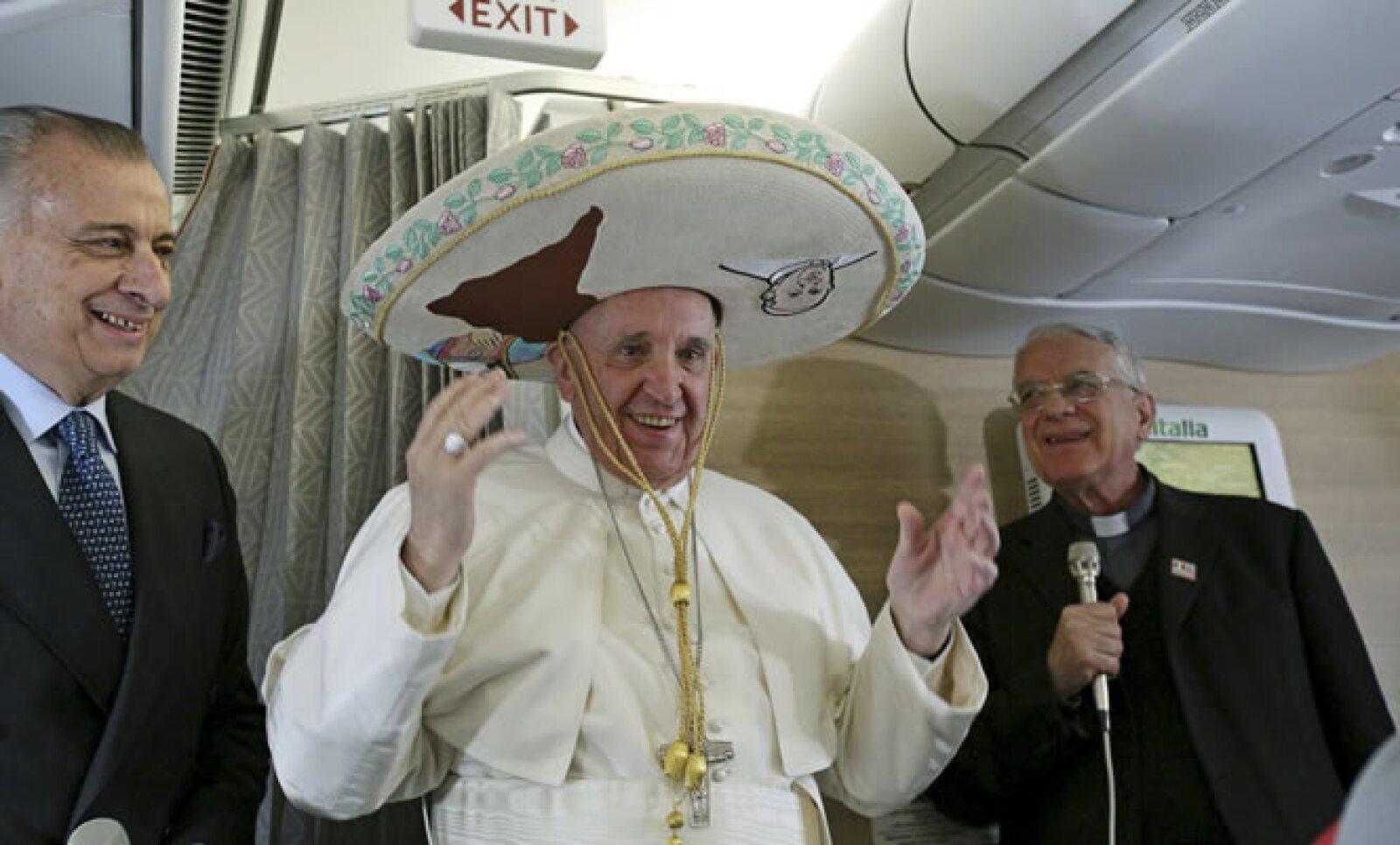 En el vuelo de Italia a Cuba, el papa conversó con los pasajeros y medios, para los que posó con un sombrero de charro.