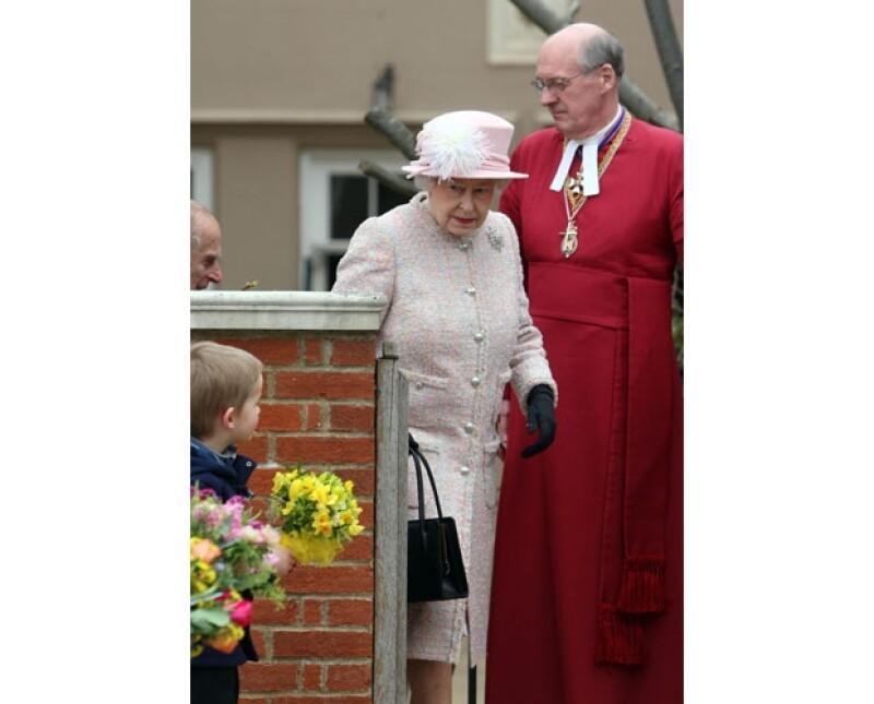 Este domingo se llevó a cabo la tradicional misa de Pascua en el castillo de Windsor. La reina acudió acompañada de la condesa de Wessex quien lució muy `chic´y de acuerdo a la ocasión.