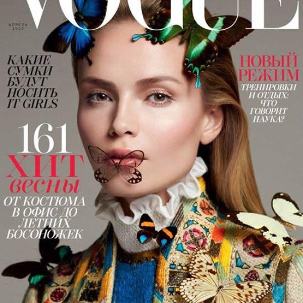 Para la portada de Vogue Rusia, Txema Yeste fotografió a Natasha Poly usando un Valentino de la colección primavera verano 2015. El styling lo hizo la editora Olga Dunina.