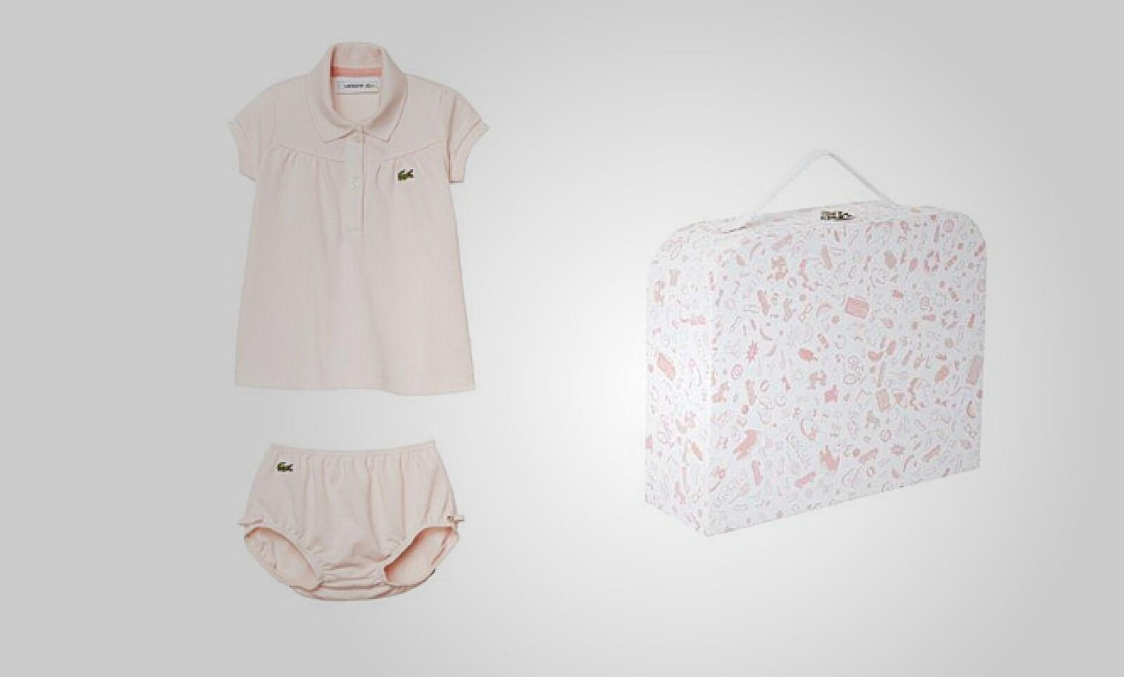 Para ellas, la opción es una blusa ligera en algodón y unos shorts, ambos en tono rosas.