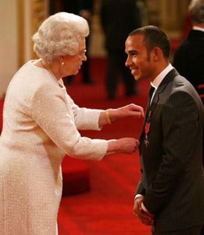 El campeón británico de Fórmula Uno, tras los buenos resultados que ha obtenido, visitó el Palacio y recibió un reconocimiento de manos de la Reina Isabel II.