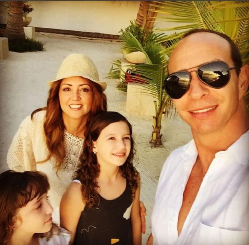 """En sus vacaciones por la isla Holbox, Quintana Roo, la conductora presumió cómo es que junto a sus hijas, encontraron al """"verdadero Santa"""", con quien se tomaron varias fotos y videos."""