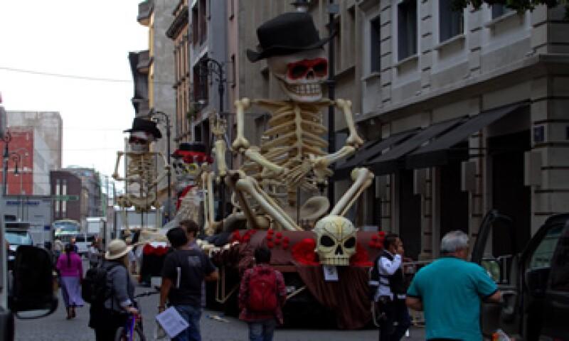 En las calles cercanas al Zócalo hay figuras alusivas al Día de Muertos como parte de la filmación de la película.  (Foto: AFP )