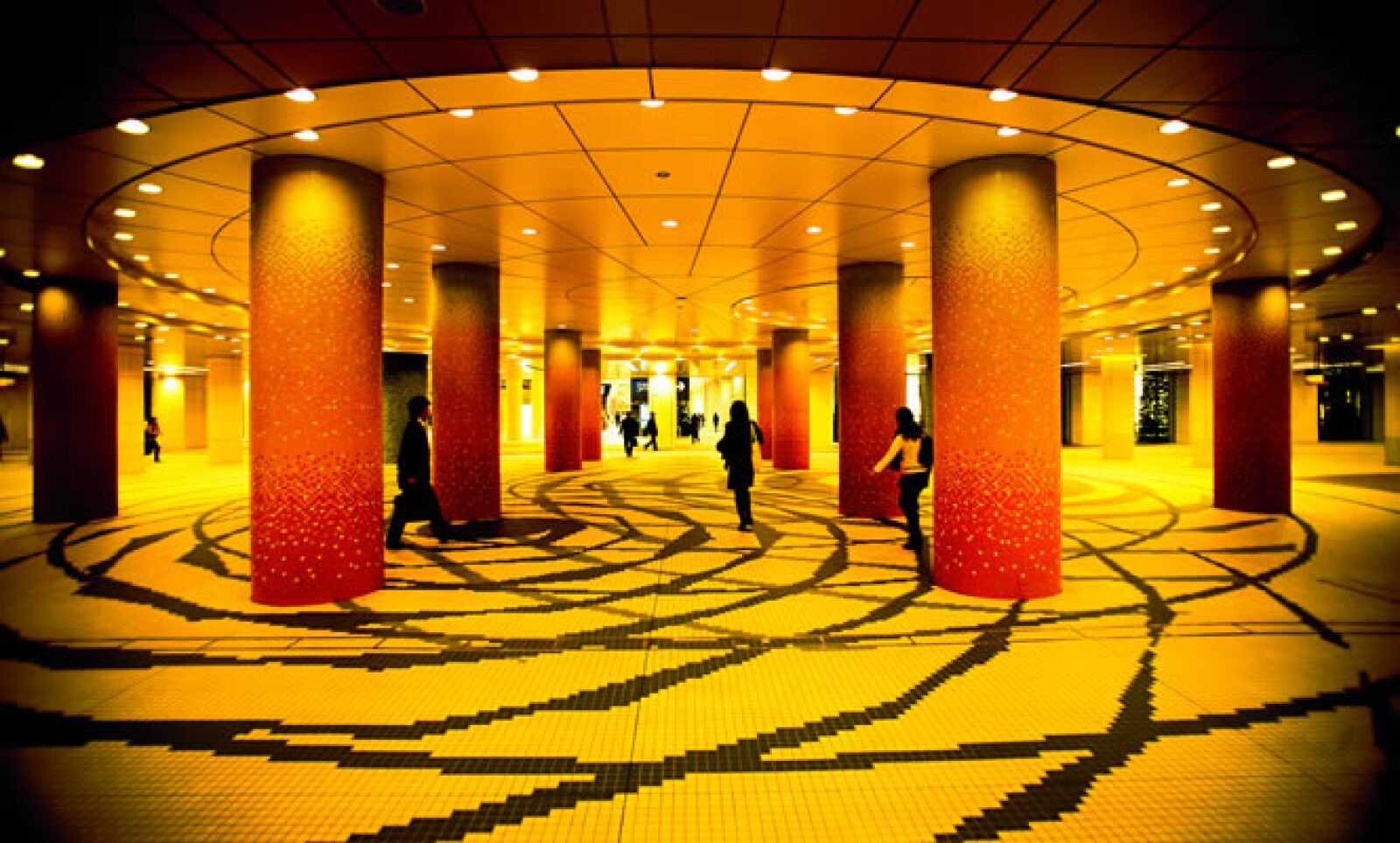 Las construcciones se especializan por optimizar sus adecuaciones, tal como el vestíbulo del metro y complejo teatral que se muestra en la foto.