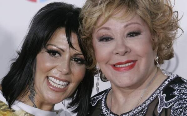 Al parecer, la cantante estará en la casa de su mamá, la actriz Silvia Pinal.