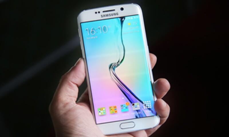 Samsung planea bajar los precios de sus teléfonos Galaxy S6 y Galaxy S6 Edge. (Foto: shutterstock.com )