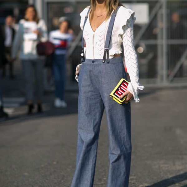 Estos high waisted jeans con tirantes son ideales para un look de día.
