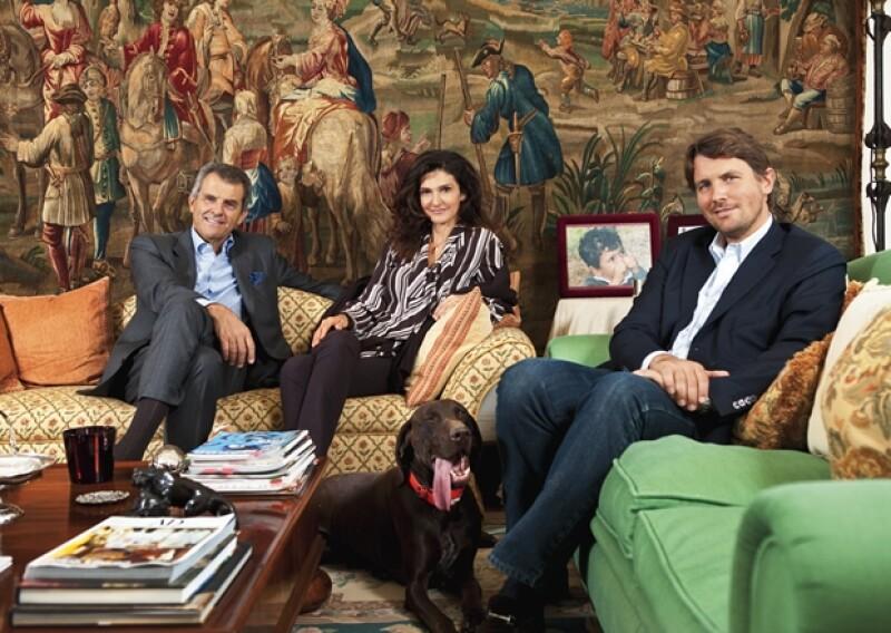 EN FAMILIA. Ferruccio, Ilaria y Salvatore Ferragamo con Birdie, una de las mascotas de Salvatore, quien asegura que las personas que tienen un perro no saben de lo que se están perdiendo.