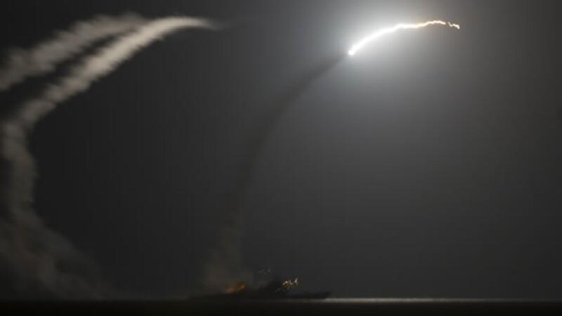 Un buque de la marina de Estados Unidos dispara un misil guiado contra Siria este martes, como parte de los bombardeos al país asiático