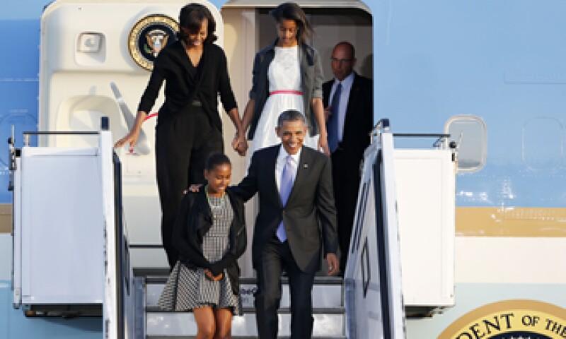 Obama bajó del avión en compañía de su esposa Michele y de sus dos hijas. (Foto: AP)