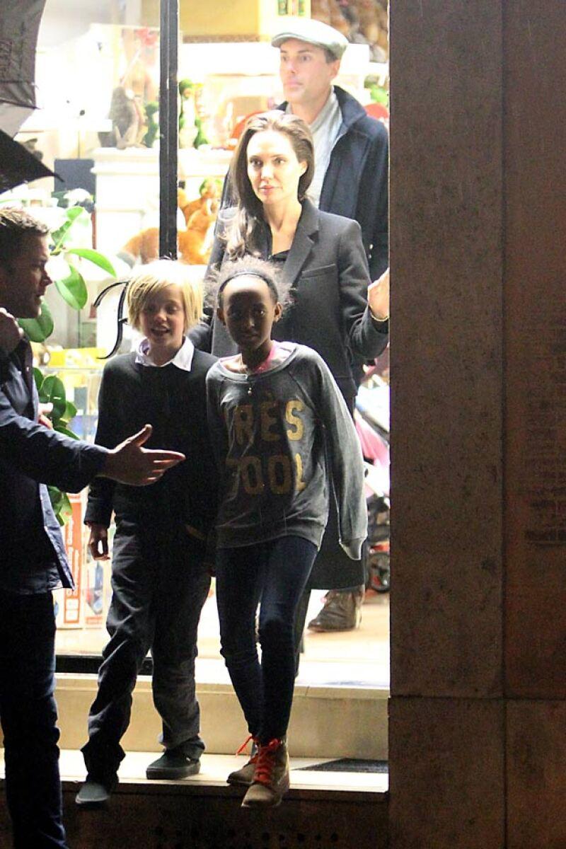 Angelina Jolie fue captada un día antes de reunirse con el papa Francisco en Roma, en compañía de sus dos hijas mayores.