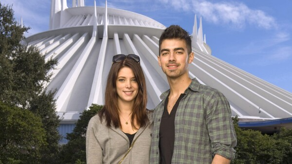 Joe Jonas y Ahley Greene en Disney