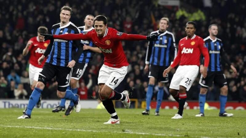 Javier 'Chicharito' Hernández festeja su gol ante el Stoke City