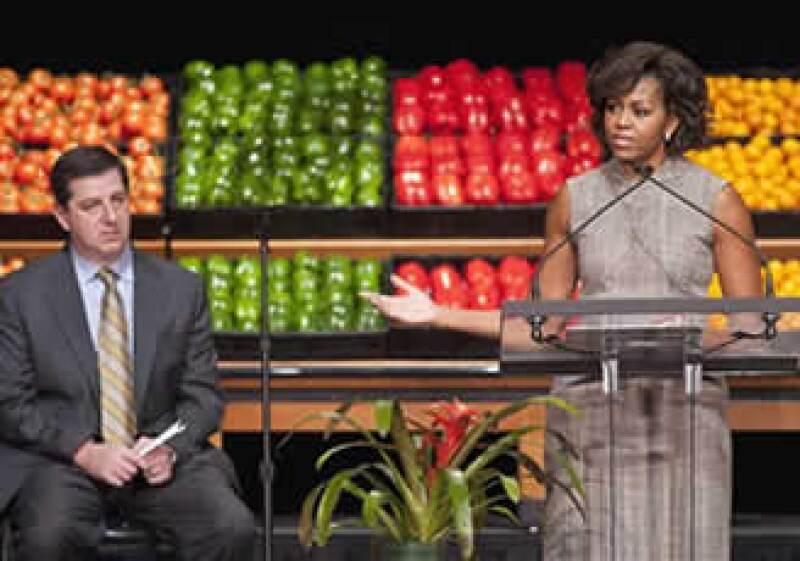 La primera dama de EU, Michelle Obama, y Sam Walton, CEO de Wal-Mart en EU, lanzaron la campaña en Washington. (Foto: AP)