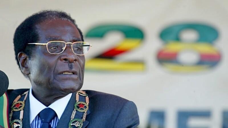 El presidente Robert Mugabe da conferencia