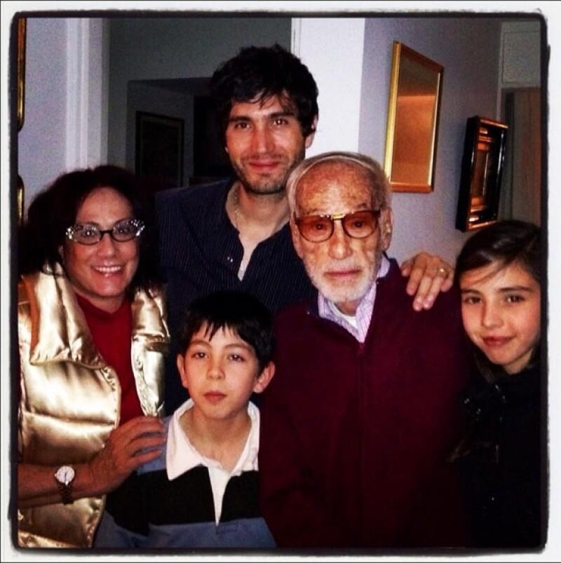 Cuatro generaciones De Llano. Luis de Llano Palmer junto a su hija Julissa, que a su vez posa con su hijo Benny Ibarra y sus dos hijos Mateo y María respectivamente.
