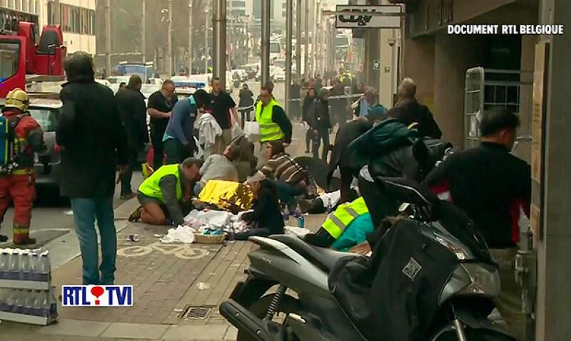 Al menos 34 personas murieron y decenas resultaron heridas, según reportes locales; los estallidos se registraron en el aeropuerto de la capital de Bélgica y en una estación de metro.