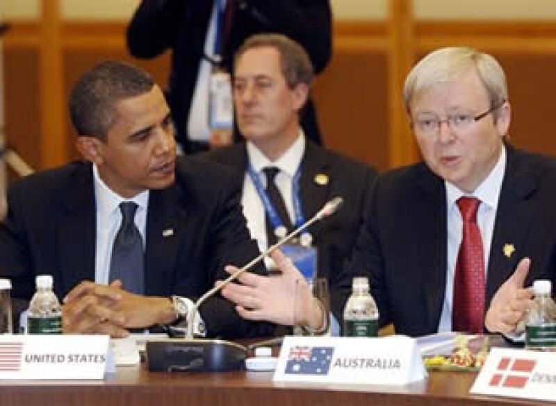 El presidente de EU, Barack Obama, escucha al primer ministro australiano, Kevin Rudd, en la reunión de la APEC. (Foto: AP)