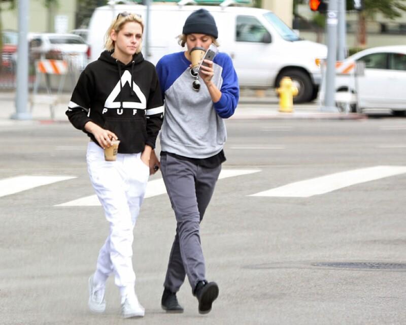 La ex pareja fue captada bebiendo café por las calles de California.