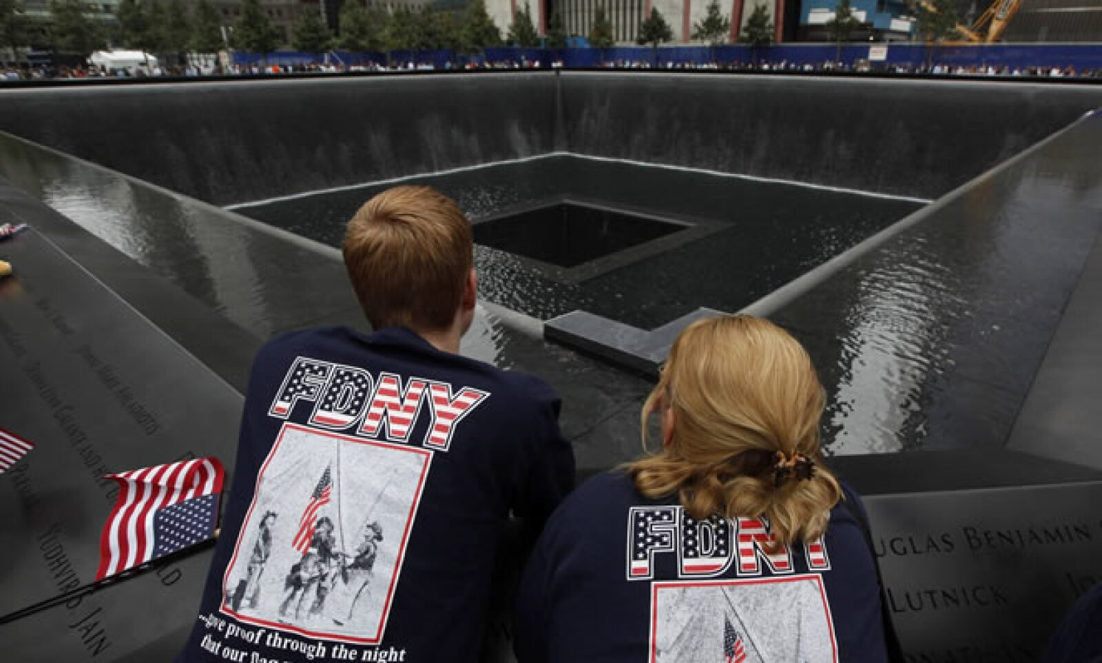 """Personas vistieron con camisetas que decían """"Nunca lo olvides"""", un lema popular desde los atentados."""