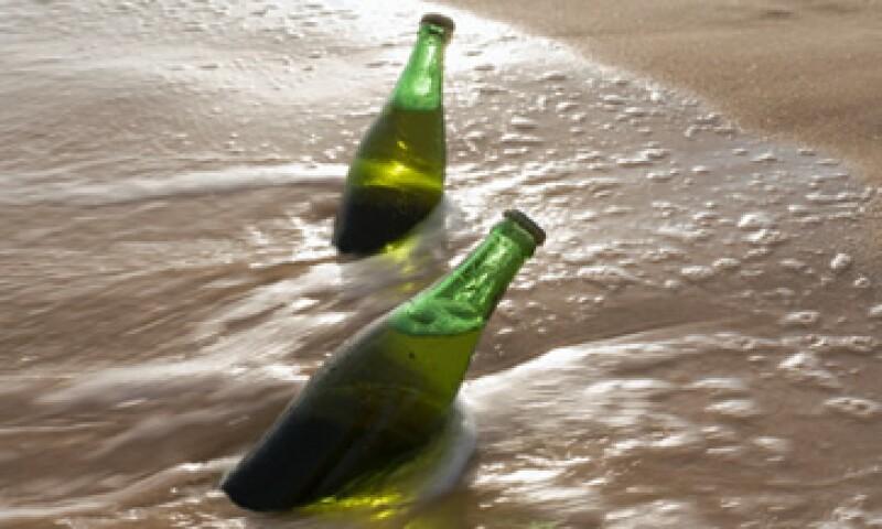 Las botellas recuperadas fueron analizadas para réplicar su contenido.   (Foto: Getty Images)