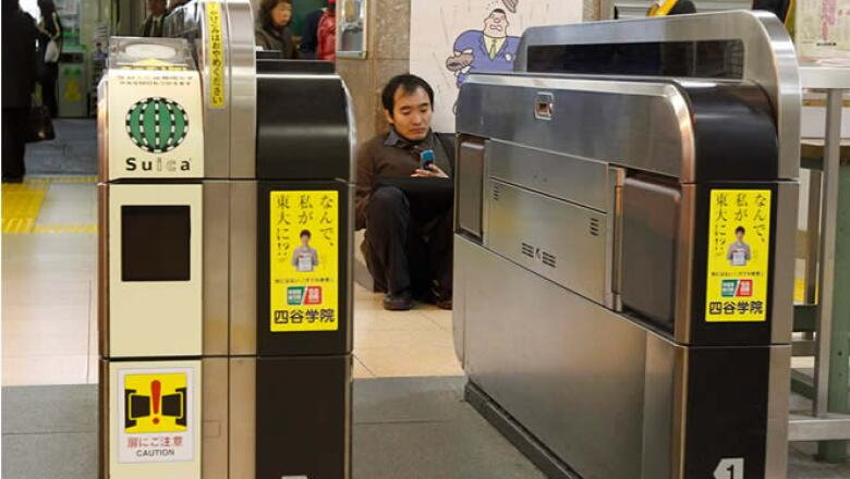 Un hombre se sienta en el suelo de una estación de trenes, luego de que los servicios de metro fueron suspendidos.