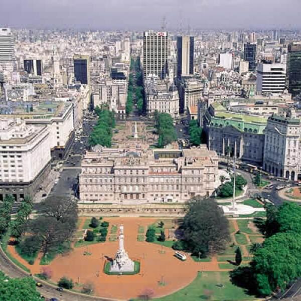 Justo enfrente de la Plaza de Mayo, encontramos la Plaza de Gobierno o Casa Rosada, sede del Poder Ejecutivo de Argentina. Su peculiar tono viene de la unión de dos partidos políticos, al finalizar su Guerra Civil (1814-1880), el rojo y blanco.