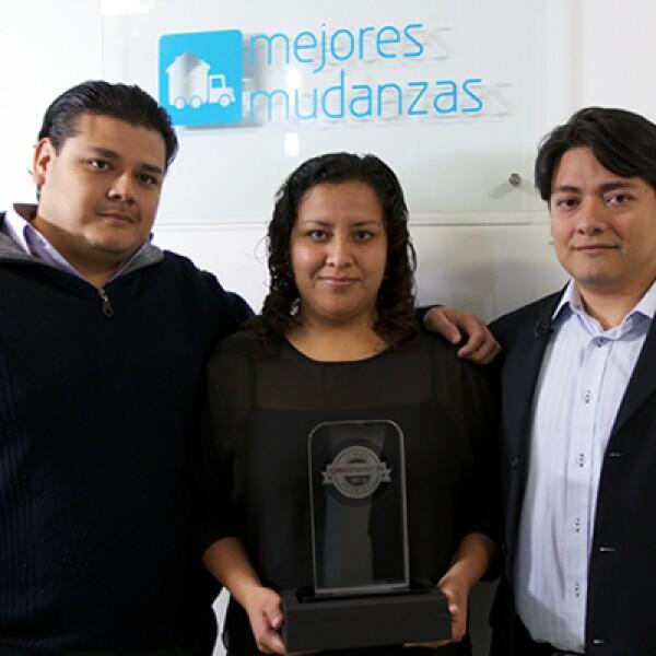 El director general Samuel Garrido sostiene el reconocimiento en compañía de dos miembros de su equipo. La página destaca por la excelente ejecución del servicio, según el director general de MasterCard México y Centroamérica, Antonio Junco.
