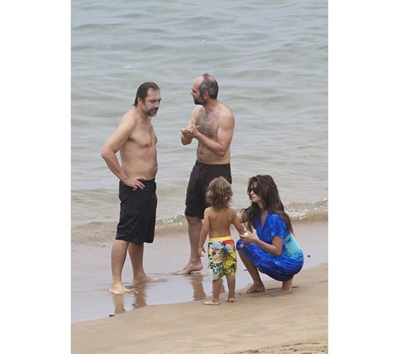 Pocas veces la pareja española se deja captar por las cámaras. Un paparazzi los sorprendió cuando disfrutaban de la playa en la isla de España el jueves pasado.